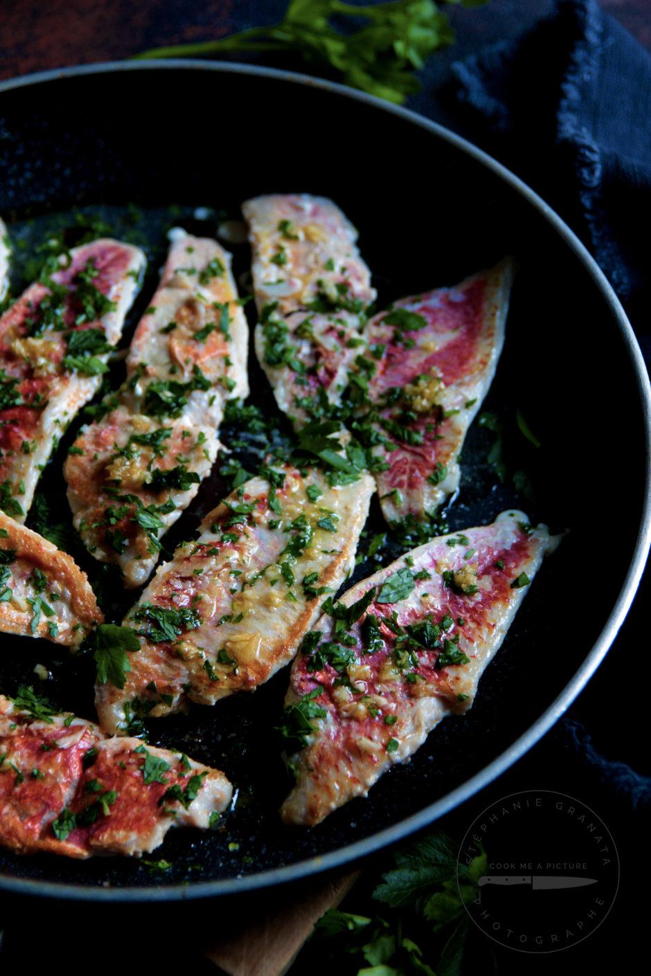 De délicieux filets de rougets poêlés à l'ail et au persil